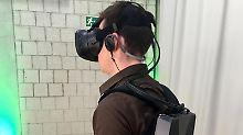 Beim XMGWalker steckt der Computer im Rucksack - so kann man VR-Spiele ohne störenden Kabelsalat spielen. Foto: Till Simon Nagel