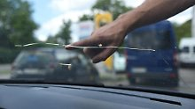 Was tun nach Steinschlagschäden?: So lässt sich die Autoscheibe retten