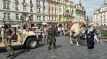 """""""Willkommenskultur ist Unsinn"""": Merkel besucht das skeptische Prag"""