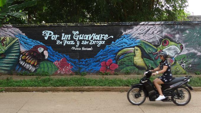 """Die Polizei wirbt mit einem Graffito für den Frieden: """"Für ein Guaviare in Frieden und ohne Drogen""""."""