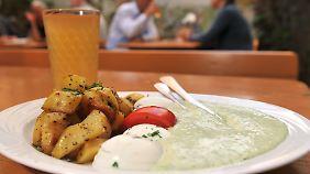 Grüne Soße wird meistens mit Eiern und Bratkartoffeln serviert und kalt gegessen.