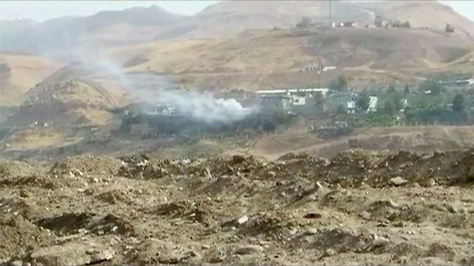 Über Cizre im Südosten der Türkei steigen am Morgen Rauchwolken auf.