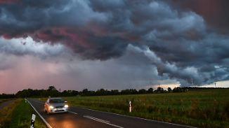 """Montag startet ruhiger und kühler: Heftige nächtliche Gewitter machen Hoch """"Gerd"""" den Garaus"""