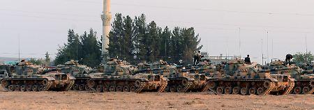 Türkische Panzer postieren sich in Karkamis an der Grenze zu Syrien.