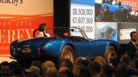 Glück hatte der Besitzer des ersten Shelby Cobra der je gebaut wurde. Er erziehlte 13,75 Millionen Dollar für das gute Stück.