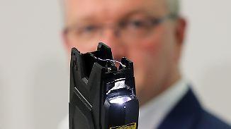 Elektoschocker am Alexanderplatz: Henkels Taser-Vorstoß erntet heftige Kritik