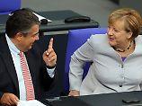 Sigmar Gabriels SPD kann sich in Umfragen leicht verbessern. An die Popularitätswerte von Angela Merkel kommt er jedoch bei weitem nicht heran.