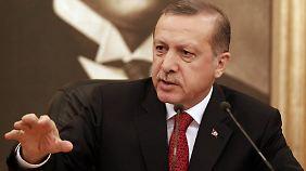 Gefängnisse hoffnungslos überfüllt: Wie Erdogans Hexenjagd die Türkei verändert