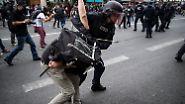 Polizisten stehen in Flammen: Pariser Proteste enden in Gewalt