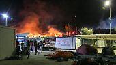 Nicht nur innerhalb des Lagers werden Brände gelegt, sondern auch außerhalb.