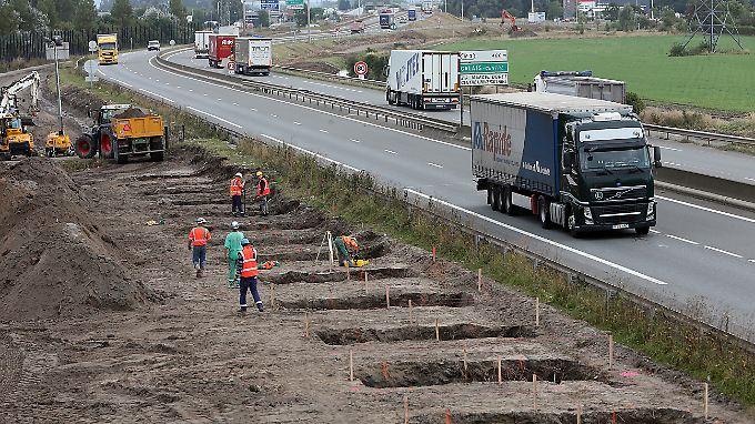 Der Anfang ist gemacht: Arbeiter haben in Calais bereits Löcher ausgehoben. Dort soll demnächst eine meterhohe Mauer stehen.