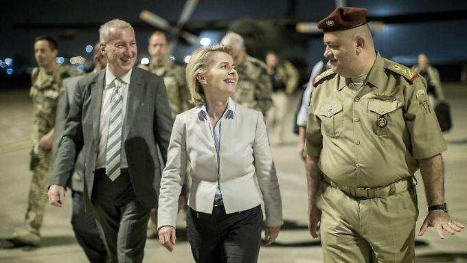 Die Bundesverteidigungsministerin ist nach ihrer Landung in Bagdad guter Dinge und scherzt mit Botschafter Josef Kremp (l.) und dem irakischen General Salah al-Din.