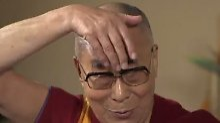 Markenzeichen: Frisur und Mund: Dalai Lama imitiert Donald Trump