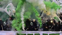 Fürther Fans beim Zünden von Pyrotechnik im Frankenderby gegen den 1. FC Nürnberg.