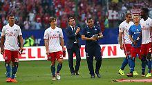 Trotz einer starken Leistung seines Teams dürfte es für HSV-Trainer Bruno Labbadia (m.) eng werden.