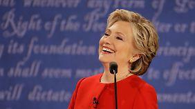 Clinton gilt als distanziert und wenig authentisch. Bei der Debatte kam sie meist relativ unverkrampft rüber.