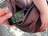 Taschendiebe gehen gewieft vor. Sie haben ganz unterschiedliche Tricks und Herangehensweisen, um Wertgegenstände zu klauen. Foto: Andrea Warnecke