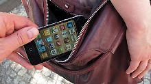 Taschendiebe gehen gewieft vor. Sie haben ganz unterschiedliche Tricks und Herangehensweisen, um Wertgegenstände zu klauen.
