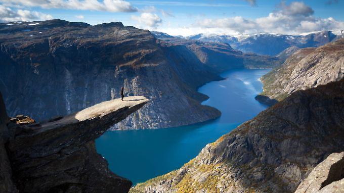 Wanderer auf der Felszunge Trolltunga: Immer wieder müssen Helfer in Norwegen ausrücken, um schlecht vorbereitete Wanderer vom Berg zu holen.