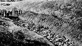 Die Juden müssen sich auf die Leichen schon erschossener Menschen legen. Sie werden mit einem Genickschuss getötet - oder ersticken später.