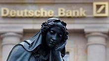 Gewichtige Themen belasten die Stimmung an der Börse: Der deutsche Leitindex Dax gerät an der Wegmarke bei 10.500 Punkten kurz ins straucheln.