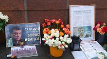 Teile des Boris Nemzow-Denkmals im Zentrum von Moskau.