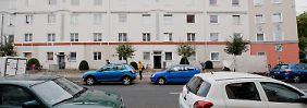 Die junge Mutter wohnt im vierten Stock dieses gepflegten Mehrfamilienhauses in Hannover.