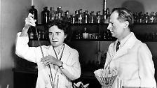 Zusammen mit ihrem Ehemann Carl Ferdinand erhält Gerty Cori (USA) 1947 als erste Frau die Nobel-Medaille für Medizin. Das Paar beschäftigt sich mit dem katalytischen Glykogen-Stoffwechsel.