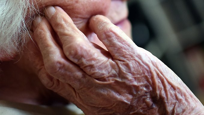 Forscher diskutieren heftig darum, ob es eine natürliche Obergrenze für die maximale Lebenszeit von Menschen gibt.