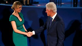 Vor Beginn der Debatte begrüßt Bill Clinton Trumps Tochter Ivanka.