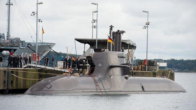 """Festakt zur Indienststellung am Kai im Marinestützpunkt in Eckernförde: U36 ist für die Bundeswehr das sechste und vorerst letzte U-Boot der Baureihe """"212A""""."""