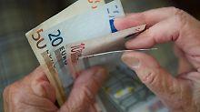 Bei der Pflege ist der Geldbedarf oft um mehrere hundert Euro im Monat höher als die gesetzlichen Leistungen. Eine private Versicherung kann die Lücke schließen. Foto: Marijan Murat
