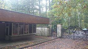 Der Eingang zu Hubertusstock - schmiedeeisern und dereinst gut bewacht.