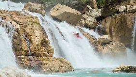 Gefährliche Wasserfälle warten auf vier Kajak-Fahrer.