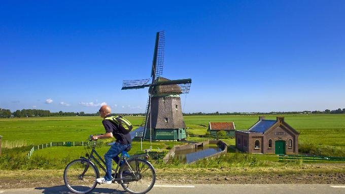 Im Fahrradfahren sind die Niederländer echt Profis - bei jedem Wetter wird geradelt.
