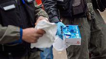 Beamte der Spurensicherung untersuchen den Tatort in Georgensgmünd.