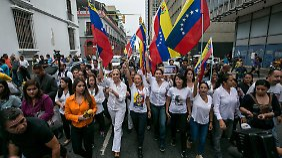 Bereits seit Monaten gehen die Menschen wie hier in der Hauptstadt Caracas gegen die Regierung auf die Straße.