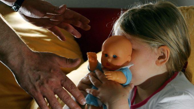 Als sexuelle Gewalt gegen Kinder wird in der Fachszene jede sexuelle Handlung definiert, die an Mädchen und Jungen gegen deren Willen vorgenommen wird  oder der sie aufgrund körperlicher, seelischer, geistiger oder sprachlicher Unterlegenheit nicht wissentlich zustimmen können.
