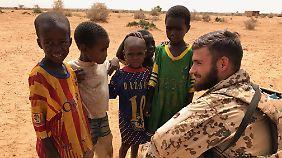 Die deutschen Soldaten stoßen bei malischen Kindern auf reges Interesse.