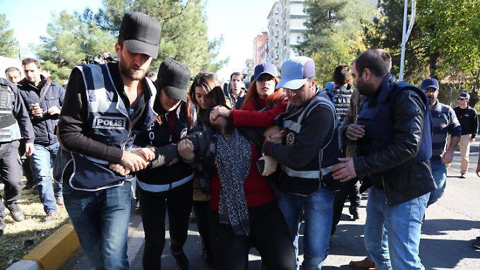 Polizei und Justiz gehen nicht zimperlich mit oppositionellen Politikern um. Hier die Verhaftung der kurdischen Abgeordneten Sebahat Tuncel.