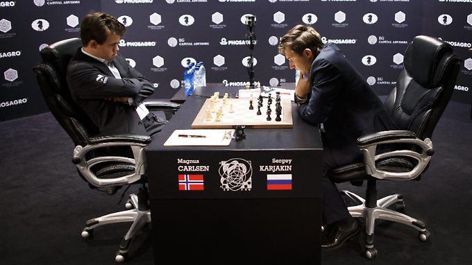 Carlsen (l.) und sein russischer Herausforderer schenkten sich in der ersten Partie nichts.