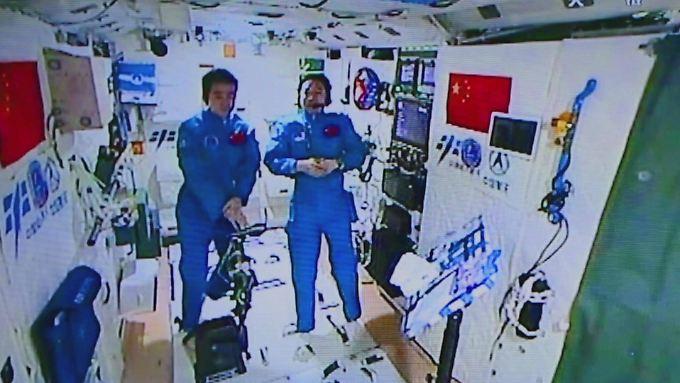 Jing Haipeng (r) und Chen Dong bei ihrem ersten Gespräch mit der Erde am 15. November.