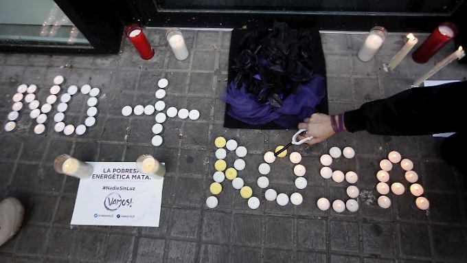 Menschen zünden Kerzen für die 81-jährige Rosa an - sie war am Montag gestorben.