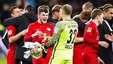 """""""Ich bin stolz auf diese Mannschaft"""". Kann Leipzigs Trainer Ralph Hasenhüttl auch sein. Schließlich kickt sein Team erstmals seit 39 Spieltagen den FC Bayern vom Tabellenthron."""