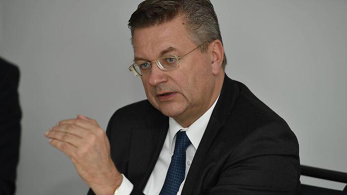 Der DFB (hier Präsident Reinhard Grindel) hat nach eigenen Angaben stets in vollem Umfang mit den Ermittlern kooperiert.