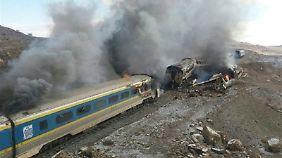 Bilder zeigen die brennenden Waggons.