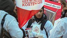 """Nach eigenen Angaben hat """"Die wahre Religion"""" bis Mitte 2016 rund 3,5 Millionen Korane in Deutschland verteilt."""