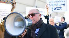 """""""Ich schäme mich für ihre Gier"""": Bodenpersonal demonstriert gegen streikende Lufthansa-Piloten"""