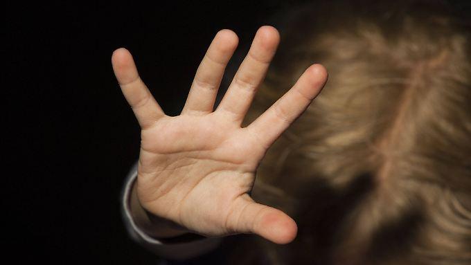 Mehr als 20 ultraorthodoxe Juden sollen Kinder und Frauen sexuell missbraucht haben.