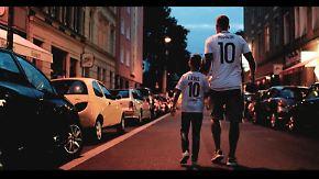 """""""Liebe deine Stadt"""" stürmt die Charts: Podolski landet mit Köln-Hymne Volltreffer"""
